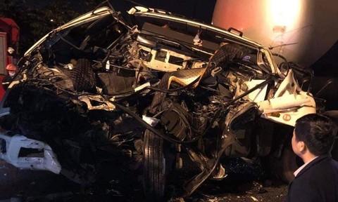 Xe đầu kéo tông đuôi xe tải chờ đèn đỏ, tài xế chết thảm trong cabin