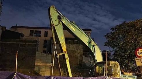 Di dời thành công quả bom 340kg còn nguyên 2 ngòi nổ ở phường Trúc Bạch