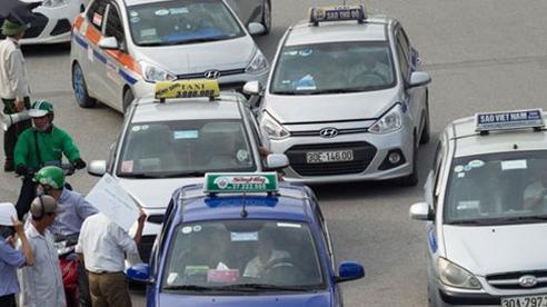 Phạt 'nguội' 1.200 tài xế dừng, đỗ xe trái phép trước cổng Bệnh viện Bạch Mai