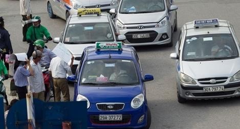 Dừng đỗ trước cổng bệnh viện Bạch Mai, nữ tài xế bị phạt nguội 28 lần