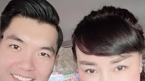Trương Nam Thành đăng ảnh tình cảm bên vợ hơn 15 tuổi