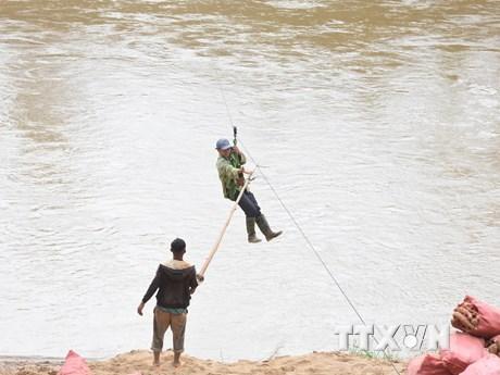 Kon Tum vận động người dân không liều mình đu dây qua sông Pô Kô