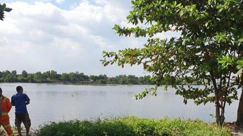 Phát hiện thi thể móp nửa đầu, mất cánh tay phải nổi trên sông Sài Gòn
