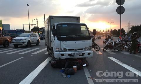 Vượt đèn đỏ, một tài xế xe ôm bị xe tải tông tử vong ở Sài Gòn
