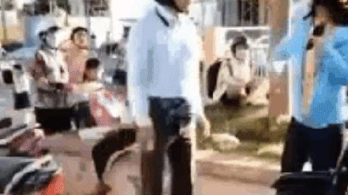 Người phụ nữ đi đòi tiền bị gã đàn ông đấm, đá thẳng mặt: 'Mọi người giữ lại giùm em với'