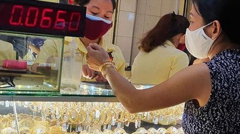 Đảo chiều ngoạn mục, giá vàng tăng hơn nửa triệu đồng sau một đêm