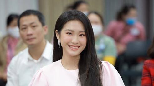 Bạn gái tin đồn của Văn Hậu đẹp dịu dàng trong ngày hội hiến máu
