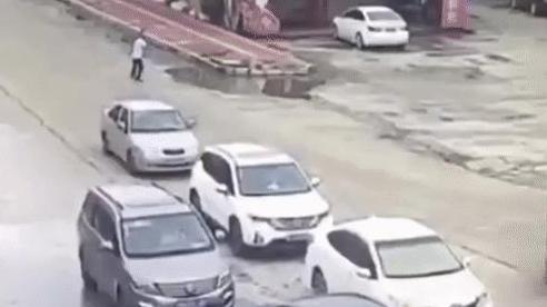 Dừng đèn đỏ, xe con thoát nạn trong gang tấc khi chiếc container băng qua và 'san bằng tất cả'