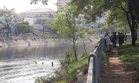 Cảnh sát ngâm mình dưới kênh Tàu Hủ đen ngòm tìm người mất tích