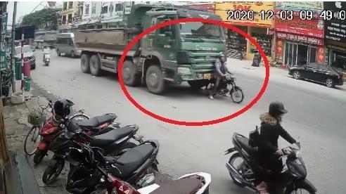 Màn hãm phanh điêu luyện của tài xế xe máy kéo xe 'hổ vồ' khiến dân mạng trầm trồ