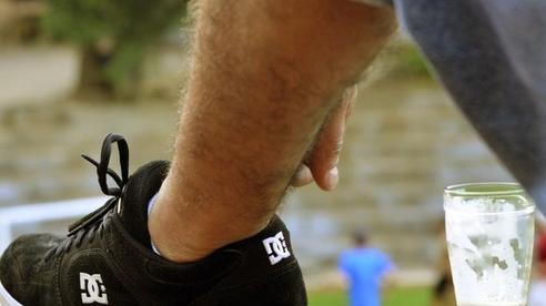 Quán bia bắt khách đặt cọc bằng giày dép để tránh nạn ăn trộm cốc