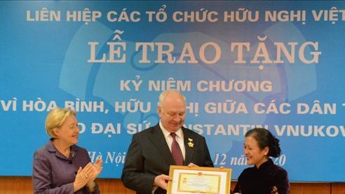 Trao Kỷ niệm chương 'Vì hòa bình, hữu nghị giữa các dân tộc' tặng Đại sứ Nga tại Việt Nam