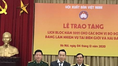 Hội xuất bản Việt Nam trao tặng 3.000 lịch bloc cho bộ đội biên giới, hải đảo
