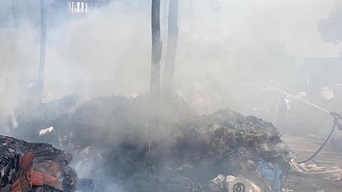Kho phế liệu 1.000m2 bốc cháy ngùn ngụt, cột khói bốc cao hàng trăm mét