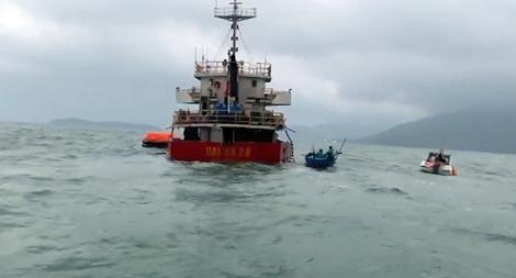 Cứu sống 10 người trên tàu hàng sắp chìm