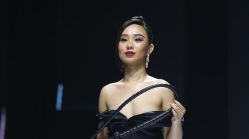 Người mẫu nữ bị lộ ngực khi trình diễn ở Tuần lễ thời trang Việt Nam