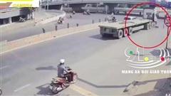 Người phụ nữ đi xe máy bị cuốn vào gầm xe đầu kéo, hiện trường vụ tai nạn khiến nhiều người sững sờ