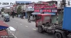 Kinh hoàng cảnh hai thanh niên đầu trần phóng xe vượt ẩu, đâm thẳng vào container