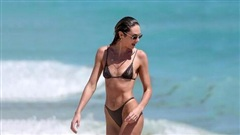 Trong tâm dịch Covid-19, thiên thần nội y Candice Swanepoel vẫn vô tư diện bikini tắm biển Miami
