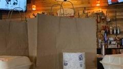 Trước ảnh hưởng của dịch bệnh, một nhà hàng thịt nướng tại Ấn Độ đã quyết định tặng kèm giấy vệ sinh cho các đơn hàng ship đi