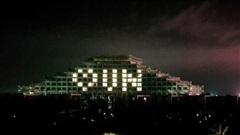 Hàng loạt khách sạn thắp sáng biểu tượng trái tim động viên những người thầm lặng chống dịch COVID-19