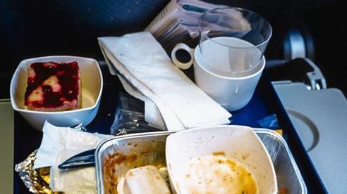 Chuyện gì xảy ra với đồ ăn thừa trên máy bay? Câu trả lời có thể sẽ khiến bạn vừa bất ngờ, vừa... áy náy