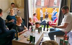 Bỏ qua yêu cầu giãn cách xã hội, cặp đôi mời nhiều khách đến tổ chức tiệc linh đình tại nhà nhưng nhìn vào bức ảnh chụp mới thấy sai sai