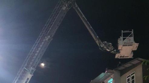 Dùng xe thang giải cứu người phụ nữ lăm le nhảy lầu tự tử