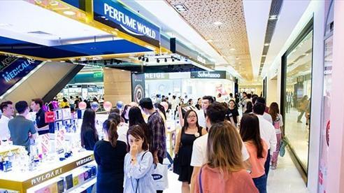 Hậu dịch Covid-19: Phố xá tấp nập người, trung tâm thương mại ùn ùn khách mua sắm