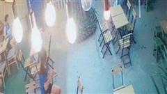 Clip: Chưa kịp gọi đồ uống, cô gái đã phải nhanh chân bỏ chạy để tránh khỏi vụ tai nạn kinh hoàng