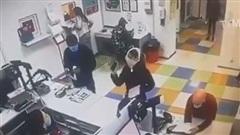Thiếu khẩu trang, thiếu nữ lột đồ chụp lên đầu