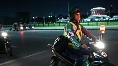 Tài xế xe ôm thầm lặng lang thang khắp phố phường Hà Nội trong đêm tối, cứu giúp người gặp tai nạn giao thông lên báo nước ngoài