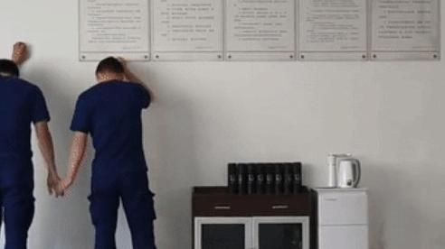 Cãi nhau trong giờ làm việc, hai nhân viên bị phạt nắm tay nhau, úp mặt vào tường