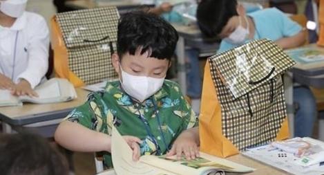 Hơn 2 triệu học sinh Hàn Quốc trở lại trường bất chấp COVID-19