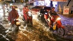 Ảnh: Mưa xối xả hơn 30 phút, nhiều tuyến đường ở Sài Gòn ngập như sông, hàng quán đóng cửa sớm