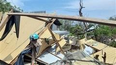 Mưa lớn, lốc xoáy làm nhiều nhà ở Ninh Thuận đổ sập