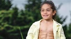 Bé 6 tuổi thành ngôi sao mạng xã hội nhờ cơ bắp 6 múi cuồn cuộn