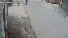 Clip: Người phụ nữ cầm gậy ném, tấn công các học sinh đạp xe trên đường gây xôn xao