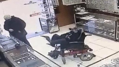 Khoảnh khắc thiếu niên khuyết tật đòi cướp cửa hàng bằng súng giả