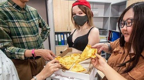 Mất việc vì COVID-19, vũ nữ thoát y 'ăn mặc mát mẻ' đi giao hàng tại thành phố lạnh nhất thế giới