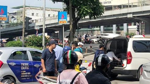 Đang tham gia giao thông, tài xế đột tử, gục đầu trên tay lái
