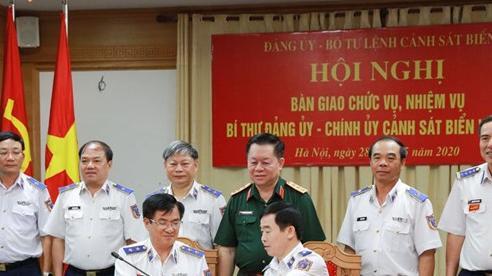 Trung tướng Hoàng Văn Đồng bàn giao chức vụ Chính ủy Cảnh sát biển Việt Nam cho Thiếu tướng Bùi Quốc Oai