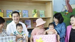 Phó Chủ tịch nước Đặng Thị Ngọc Thịnh thăm và tặng quà bệnh nhi ung thư tại Bệnh viện K