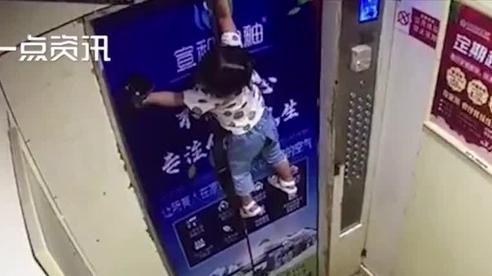 Kẹt tay vào vòng dây an toàn, đứa trẻ 2 tuổi bị treo trên cửa thang máy, đoạn video ghi lại cảnh tượng này khiến các bậc phụ huynh sợ hãi