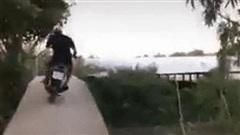 Clip: Người đàn ông say xỉn chạy xe chệnh choạng rồi lao cả người và xe xuống sông