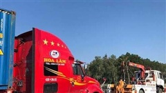 Va chạm với xe đầu kéo, tài xế xe tải tử vong trong cabin ở Quảng Ngãi