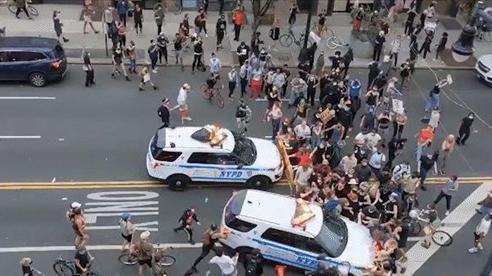 Cảnh sát lao xe vào đám đông biểu tình, Thị trưởng New York: 'Tôi ước họ không làm vậy'