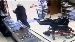 Tên cướp ngồi xe lăn, dùng chân giơ súng uy hiếp nạn nhân