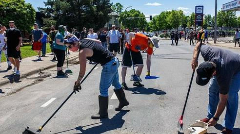 Người dân Mỹ mang chổi, túi rác dọn dẹp đường phố sau nhiều đêm bạo loạn