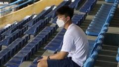 Duy Mạnh ngồi trầm tư, lặng lẽ xem Hà Nội thi đấu từ góc riêng tại Hàng Đẫy